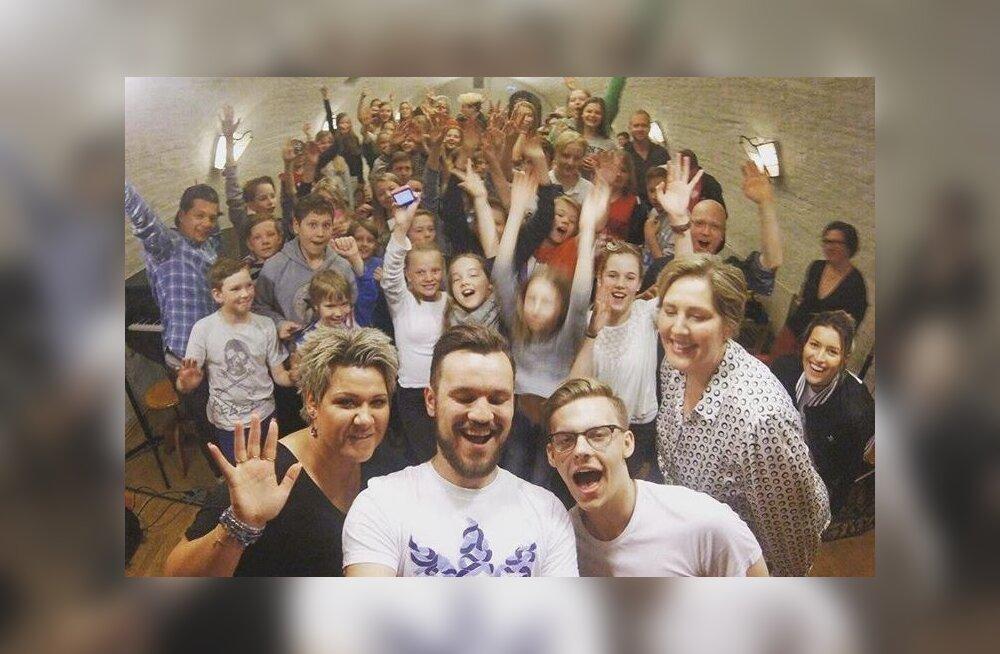 PÄEVA KLÕPS: Jüri Pootsmann rõõmustas oma lauluga lapsi Stockholmi Eesti koolis