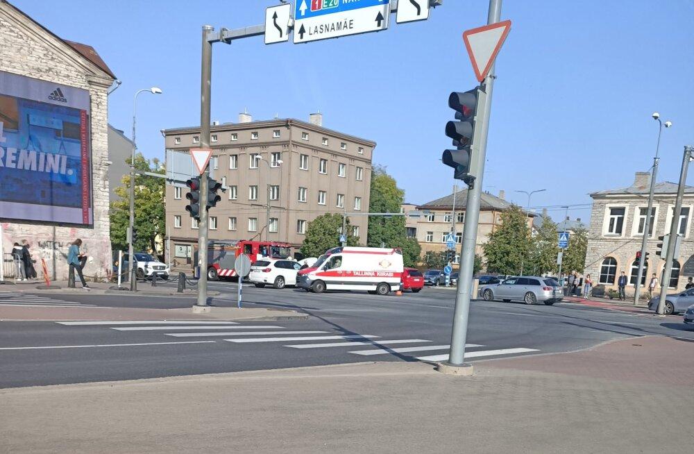 Tallinnas Tartu maanteel põrkasid kokku kaks autot, ühe juht viidi haiglasse