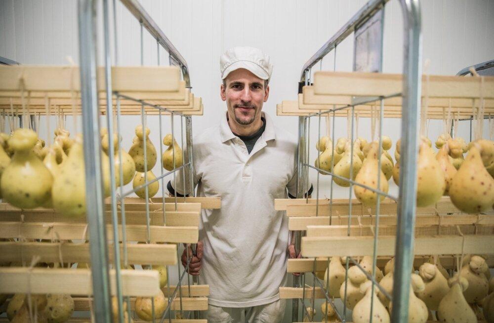 Juustumeister Denis Pretto koos provoletta'dega, mille valmistamine nõuab käteosavust.