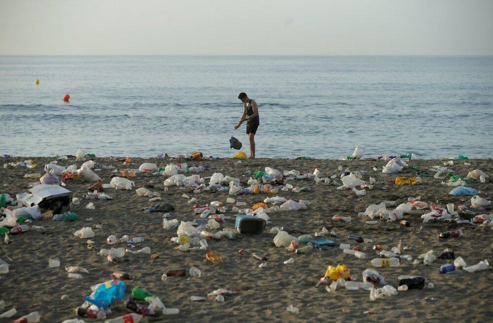 Maailma rannad on risustatud plastjäätmetega, millest suure osa moodustavad plastpudeli. Pildil Malaga liivarand Hispaanias.