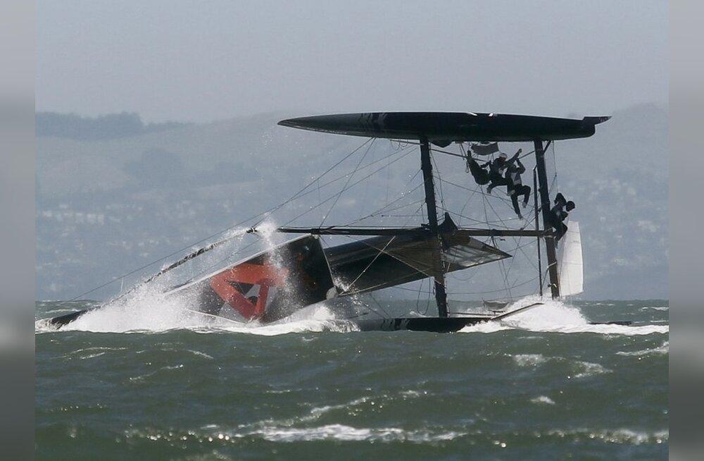 Oracle Racing AC45 alus on sõidetud kummuli, purjetamine