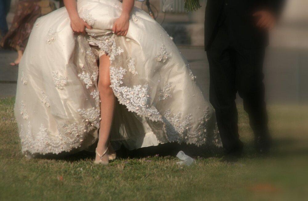 Ebakvaliteetne pulmakleit kärises katki juba esimese õnnitleja embamisel. Pulmasalongi õigustus: kleidis ei tohi ennast liigutada