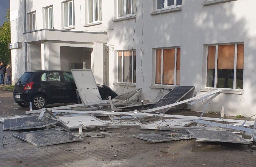 ФОТО | Сорванные штормом солнечные панели пробили крышу автомобиля