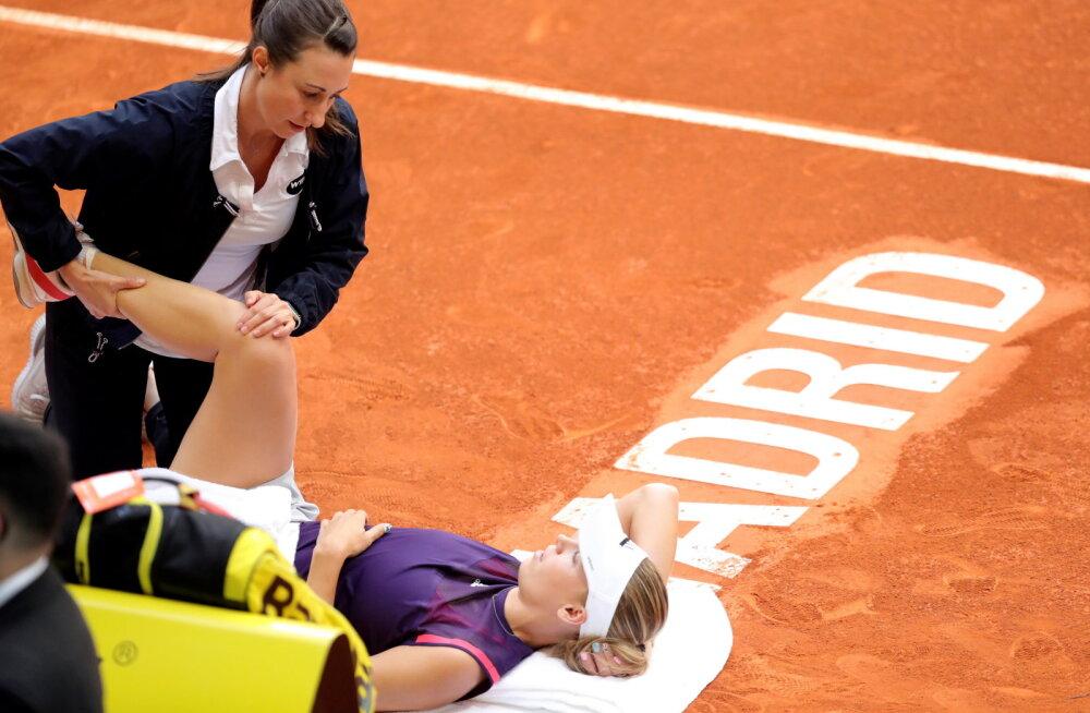 Caroline Wozniacki saab väljakul arstiabi