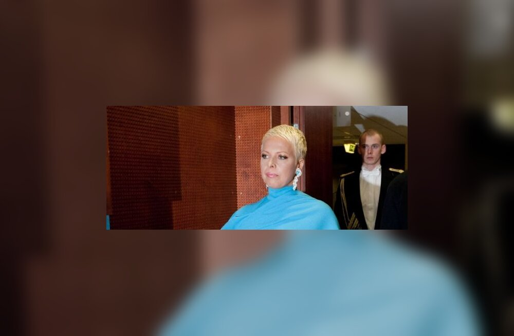 Läbipaistvas pluusis Evelin Ilves nautis kontserti