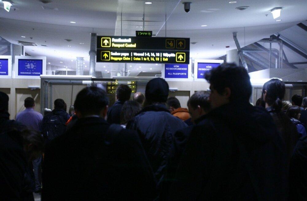 Tallinna lennujaama saabuvad reisijad passikontrollis