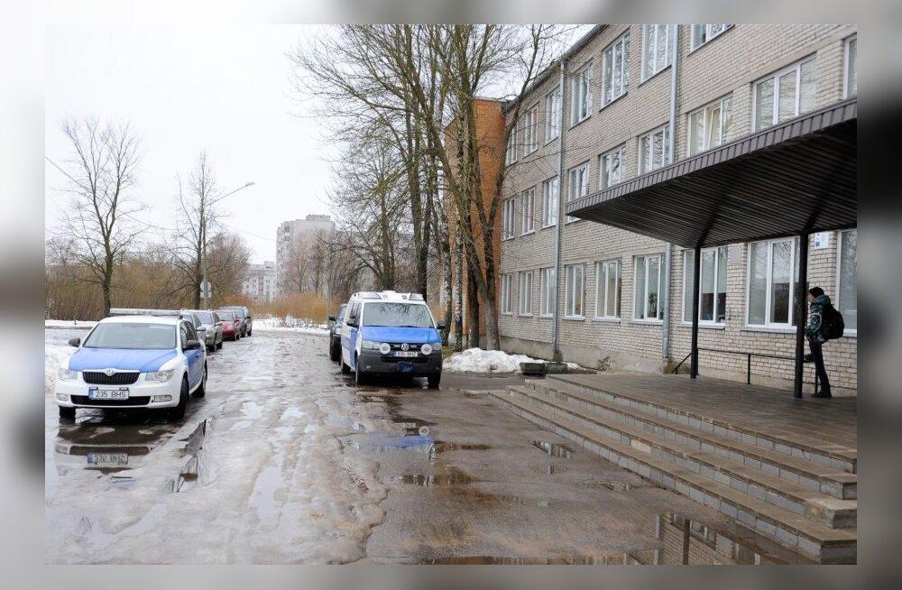 Директор нарвской школы о подростке, нанесшем в субботу ножевые ранения троим: что-то его заставило это сделать