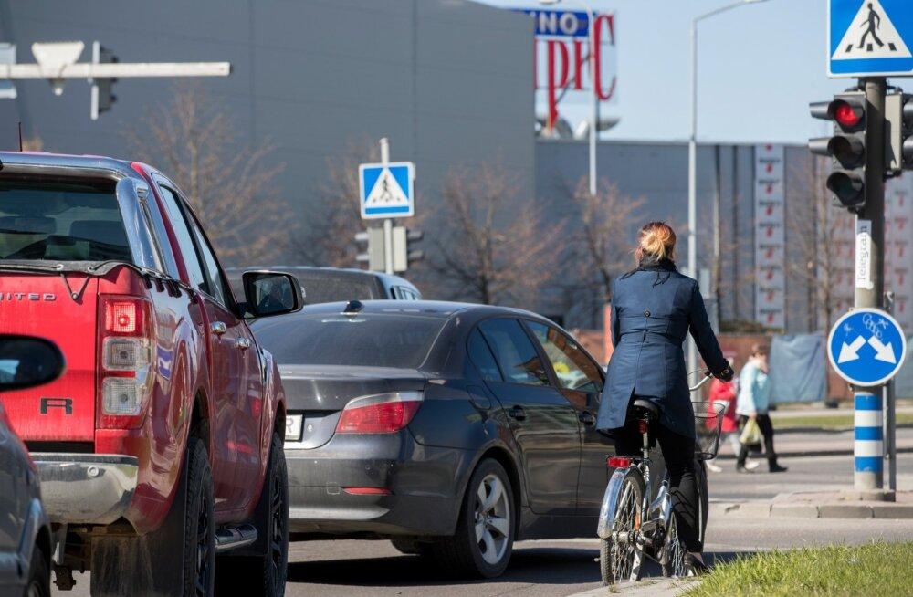 Jalgrattur ja sõiduauto valgusfoori taga