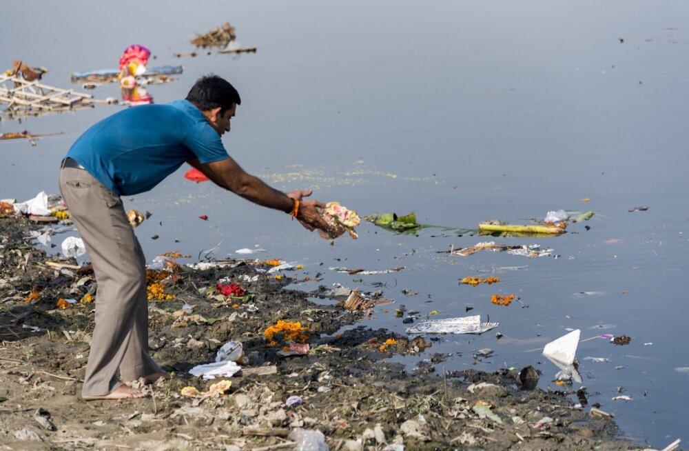 """""""Ma ei tea, kuidas on läbi paljude riikide voolava Doonau vee puhtusega, kuid ehk on Doonau Euroopas midagi taolist mis Ganges Indias? Mõlemad viivad merre tohutul hulgal muda ja küllap ka kõiksugu saastet."""""""