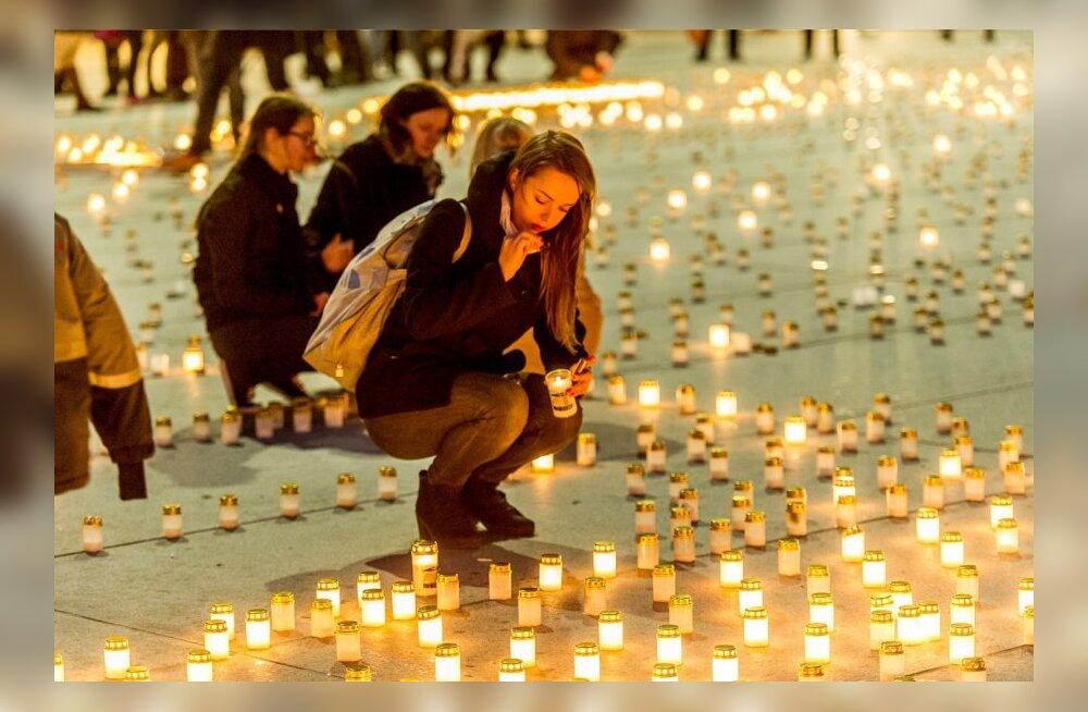 Küünlade süütamine küüditatute mälestuseks Tallinnas Vabaduse väljakul