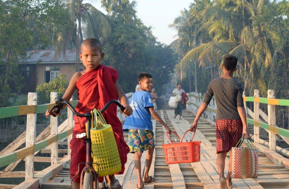Päikeseloojangul ajasid oma igivanad rattad tänavatele kõik, mitte ainult linna tagasi jõudnud turistid – kui kedagi peaks huvitama maailma esimeste jalgrataste saatus ja praegune asukoht, siis suure tõenäosusega on need kasutusel Mrauk U-s – uuesti tänav