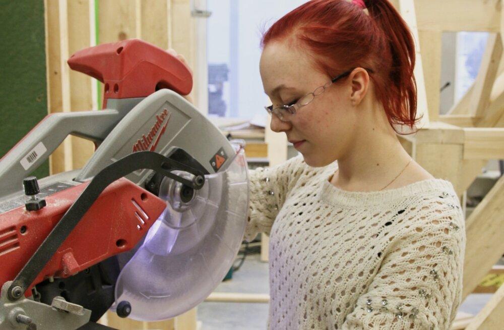 Janne lugu: söakas neiu õpib koos noormeestega puitkonstruktsioonide ehitajaks