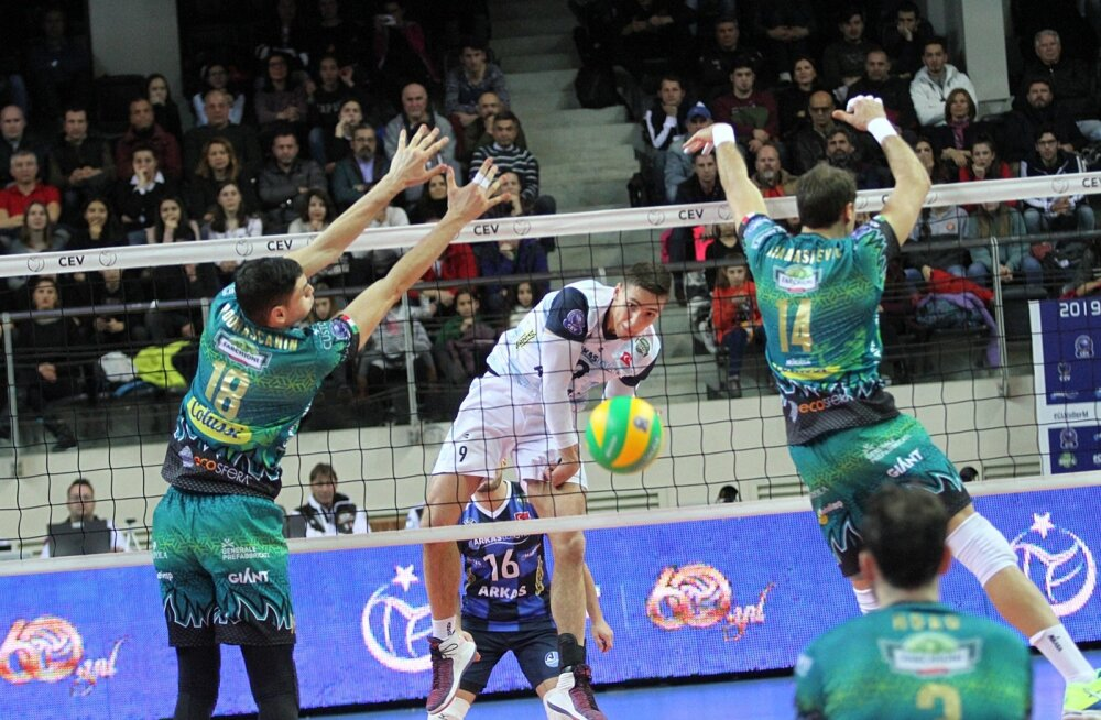 Robert Täht (löögil) tegi Meistrite liigas Perugia vastu hea etteaste ja tõmbab nüüd ise Blokikuradite särgi selga.