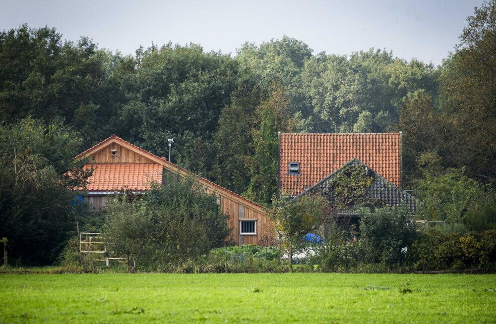 Hollandis eraldatuses elanud pere lapsed võisid küll väljas käia, aga taraga piiratud aias