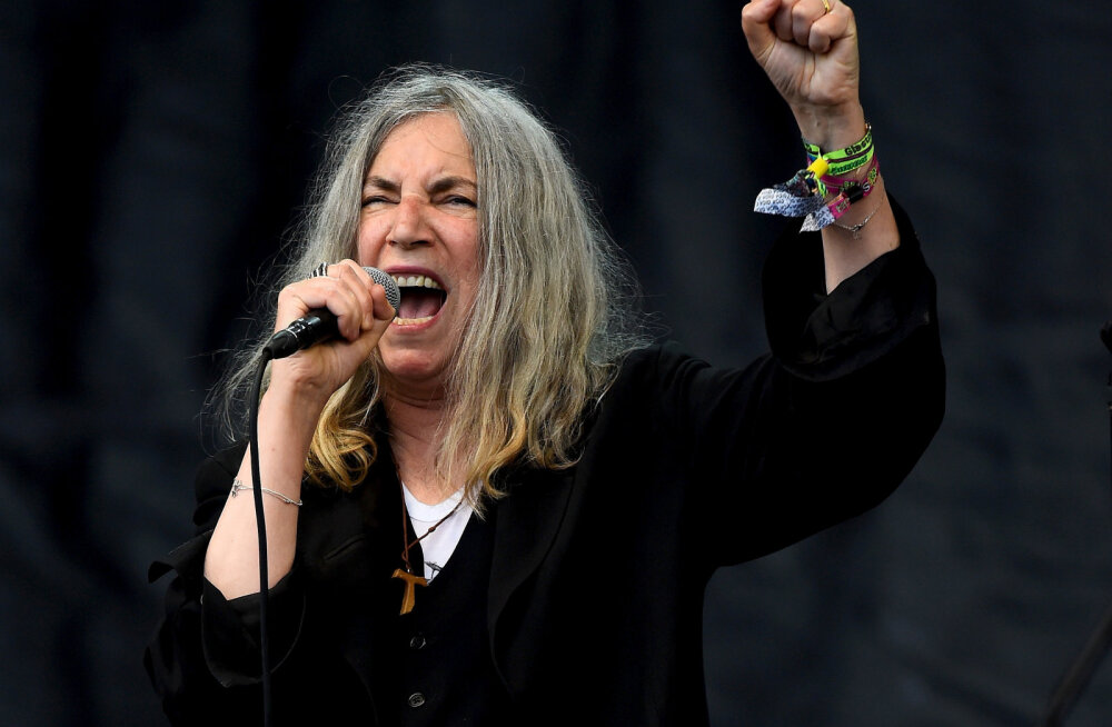 VIDEO: Piinlik aps! Bob Dylani eest Nobeli preemia banketil üles astunud Patti Smith unustas laureaadi hitti esitades tema laulu sõnad ära
