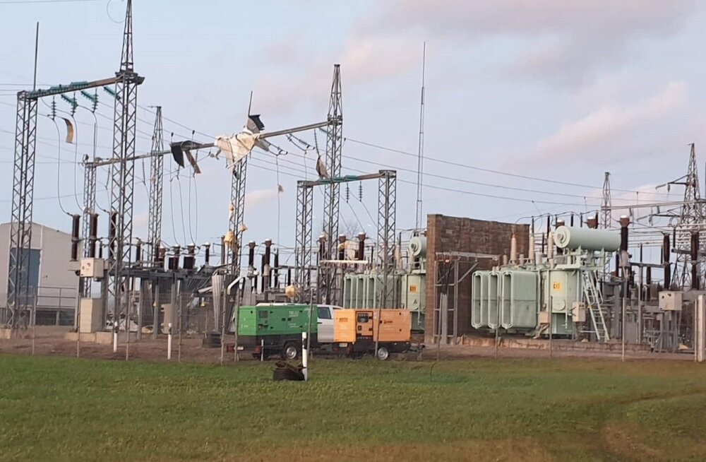 Eile sai tormis kahjustada Võru alajaam, mistõttu jäi terve linn elektrita. Täna on Võrumaal veel mõned suurtarbijad ilma vooluta.