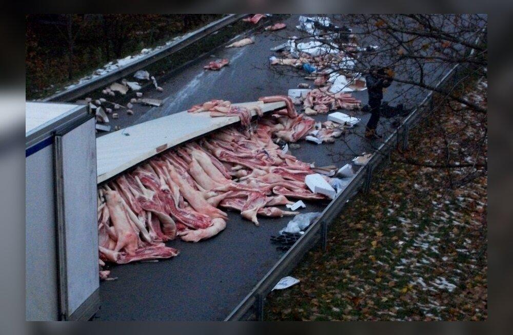 FOTOD: Õnnetusse sattunud Eesti veok sulges Riia tuiksoonel liikluse