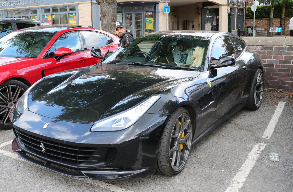 KLÕPS | Raha eest võib kõike! Häbitu Ferrari juht viskas sinised kaitsevahendid otse tänavale