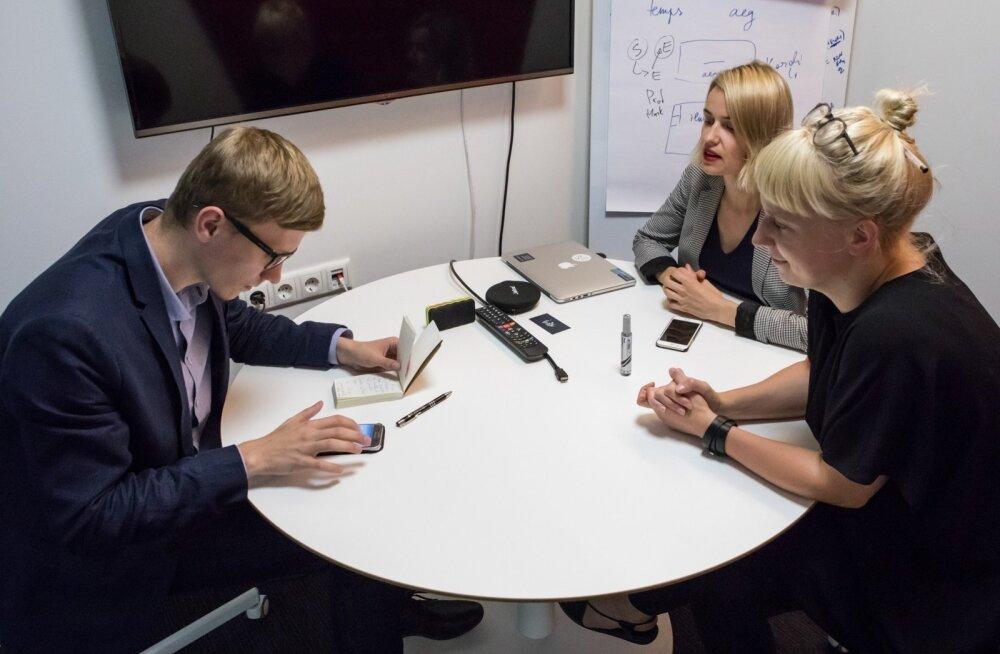 Ave Habakuk (paremal) ja Hanna-Leana Taoubi tutvustasid ajakirjanikule Lingvisti eesti keele õppeprogrammi.