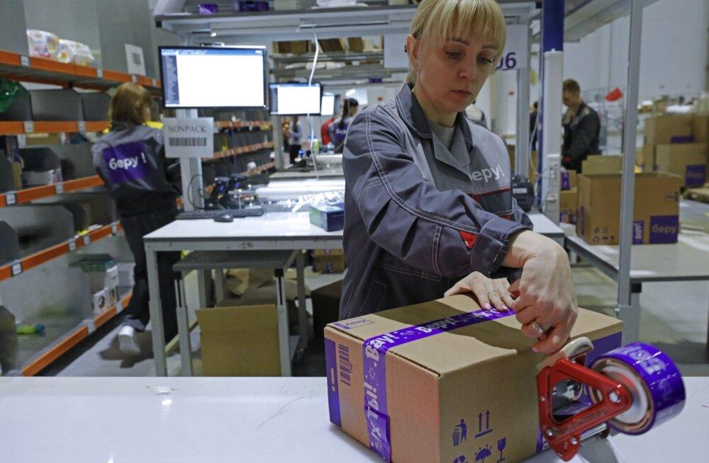 E-poe kaudu tellitud pakkide pakkimine