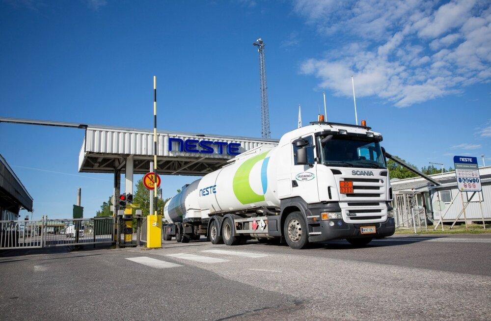 Neste kütuseveok Naantali rafineerimistehase väravas