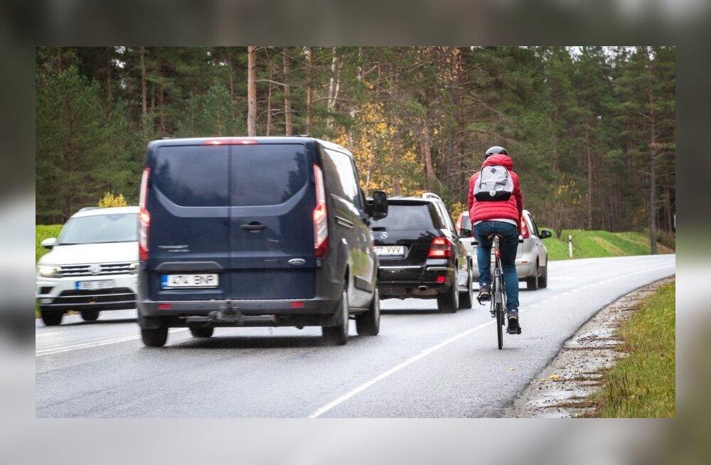 Велосипедисты-активисты борются за право езды подальше от авто. В Рийгикогу их не восприняли всерьез
