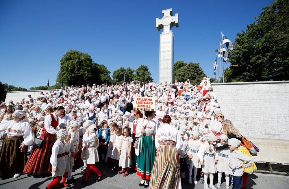 FOTOD | Lastekaitsepäeval vallutavad Vabaduse väljaku 1000 laulvat mudilast