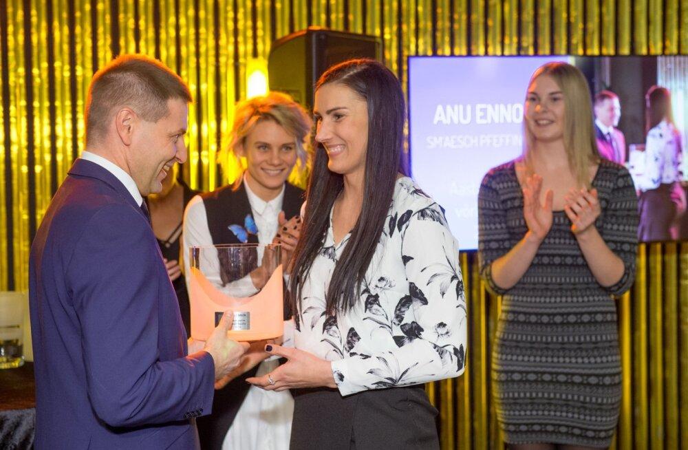 Aasta naisvõrkpalluri tiitli võitnud Anu Ennokit õnnitleb Eesti Võrkpalli Liidu president Hanno Pevkur.