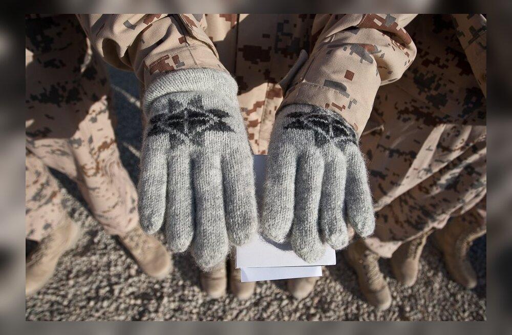 Kodutütred ja naiskodukaitsjad kinkisid sõduritele kindaid ja sokke