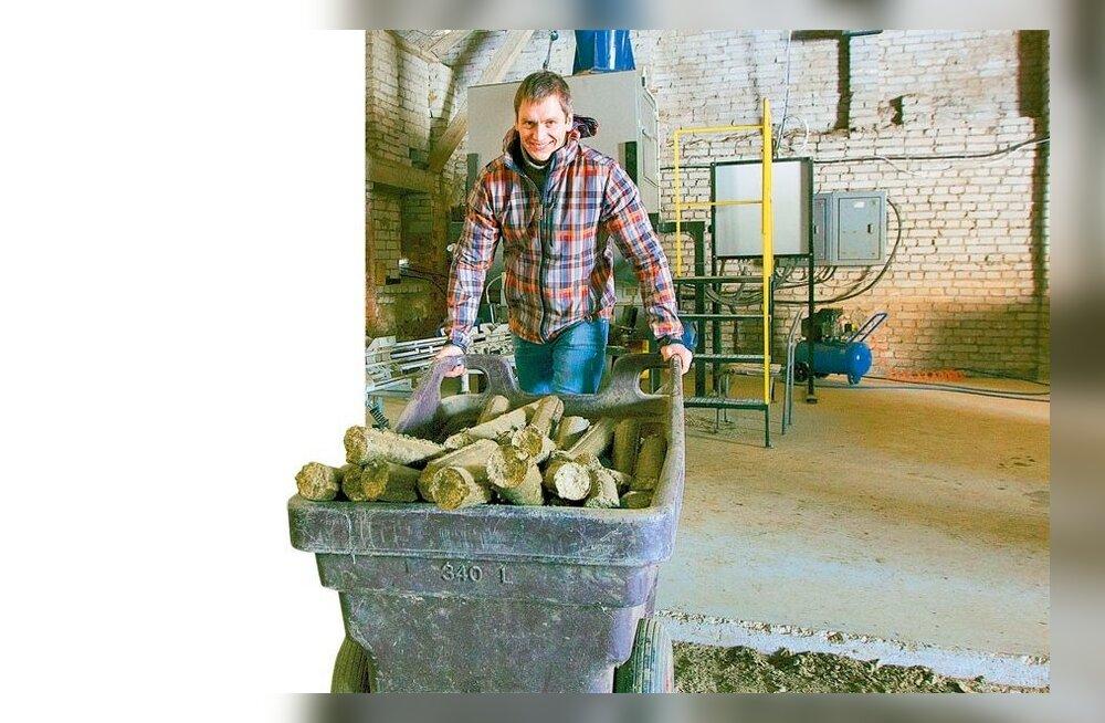 Talumehed pressivad heinapallid biobriketiks