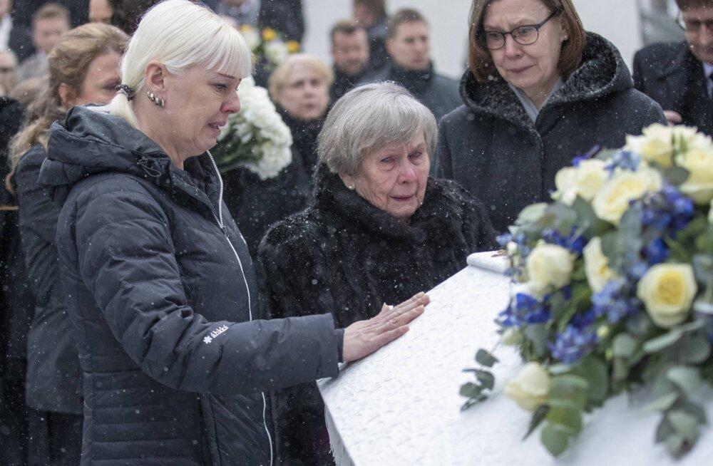 Matti Nykäneni lesk Pia Nykänen (vasakul) ja ema Vieno Nykänen