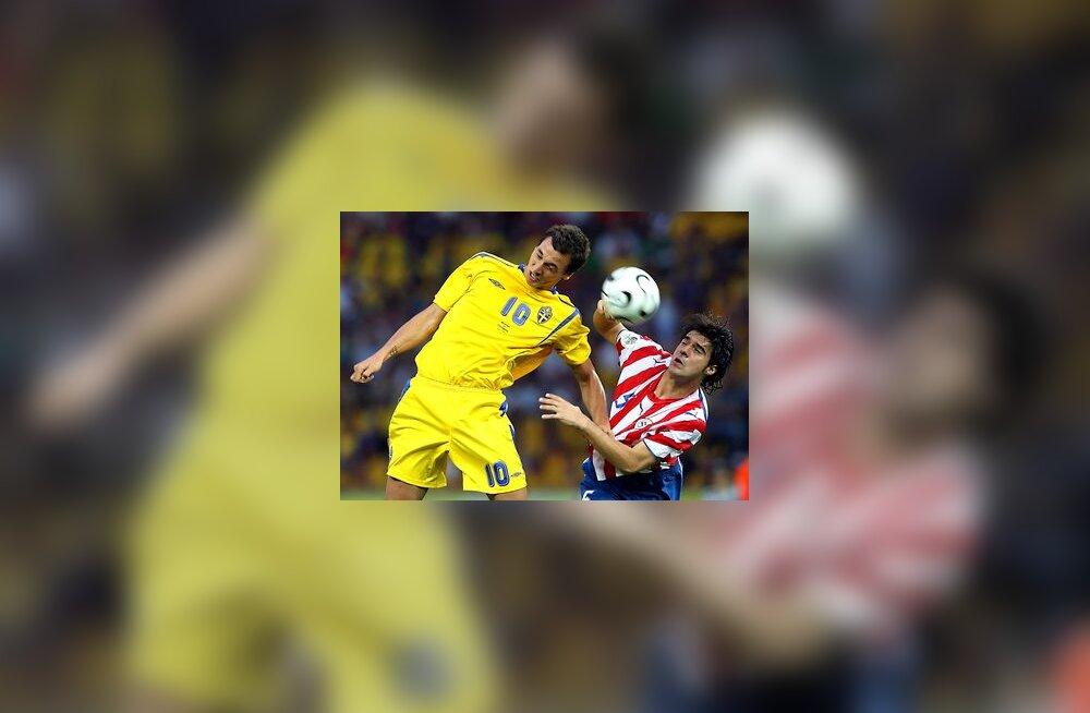 Rootsi ründaja Zlatan Ibrahimovic (vasakul) kohtumises Paraguayga
