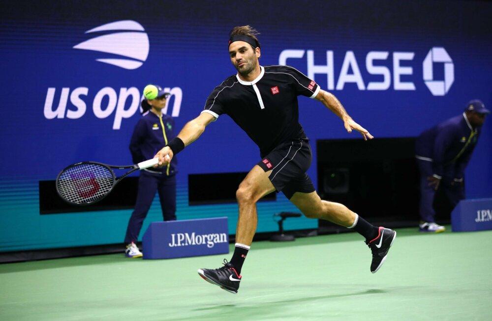 Federer kaotas US Openil avaseti ning sai sotsiaalmeedias riietuse tõttu mõnitada