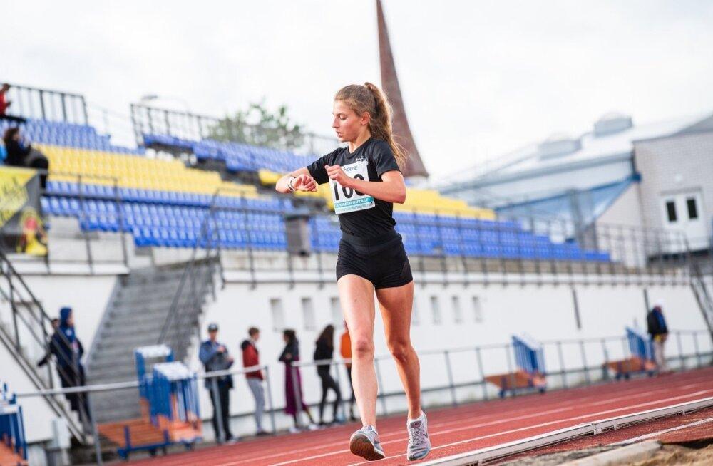 Jekaterina Mirotvortseva jäi rahule, et suutis Rakveres tuulistes tingimustes rekordeid uuendada.