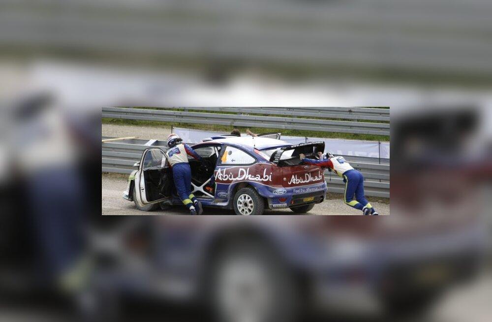 Jari-Matti Latvala üritab autot käima saada