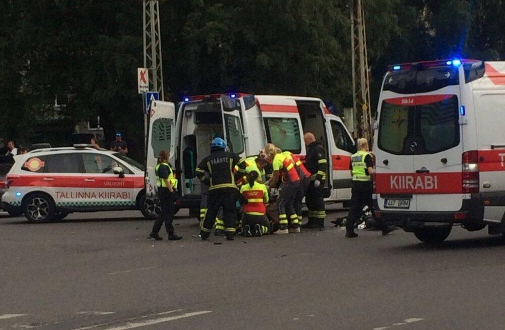 Получивший тяжелые травмы в аварии в Мустамяэ мотоциклист скончался в больнице