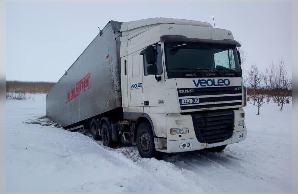 ФОТО: Пьяный водитель грузовика провалился под лед Чудского озера