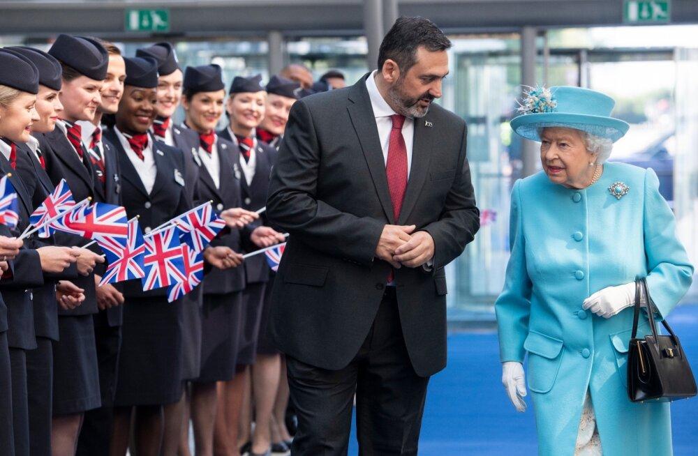 British Airwaysi eksjuht Alex Cruz (vasakul) koos kuninganna Elisabeth II-ga möödunud aasta mais.