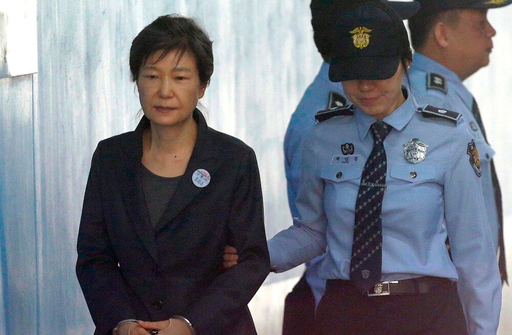 Lõuna-Korea endine president Park mõisteti võimu kuritarvitamise ja väljapressimise eest 24 aastaks vangi