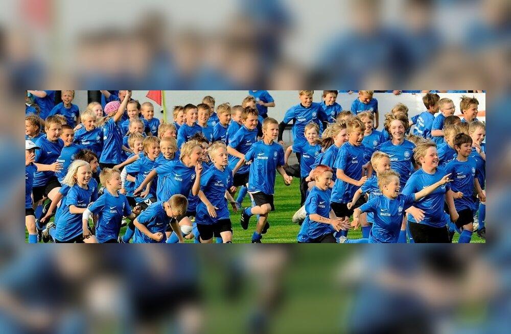 Laste suvelaagrites osalejad A. Le Coq Arenal palli mängimas, jalgpall