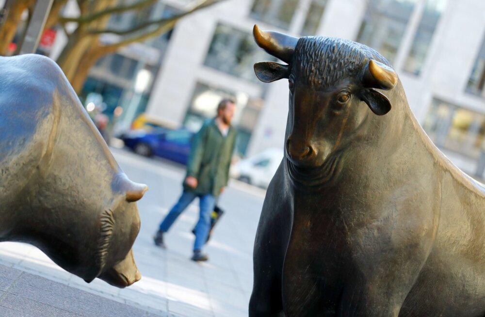 Pull Frankfurdi börsi ees sümboliseerib tõusvat ja karu langevat turgu.