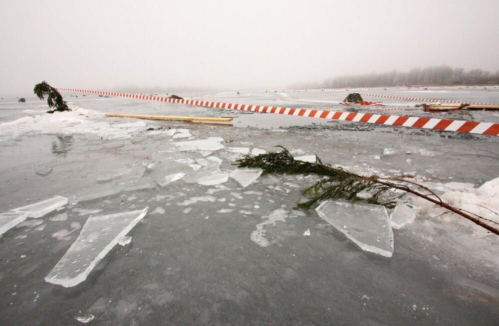 Võrus vajus auto läbi Tamula järve jää
