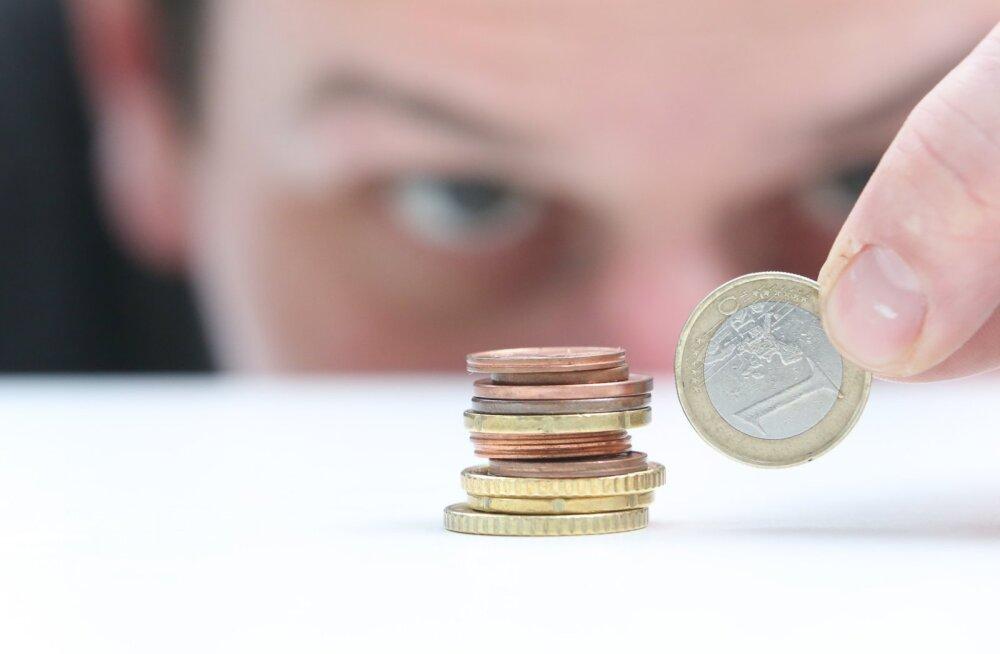Väheräägitud konks seaduses: inimesed, kellel on üht kindlat tüüpi tööleping, ei saa uuest aastast sentigi palka juurde