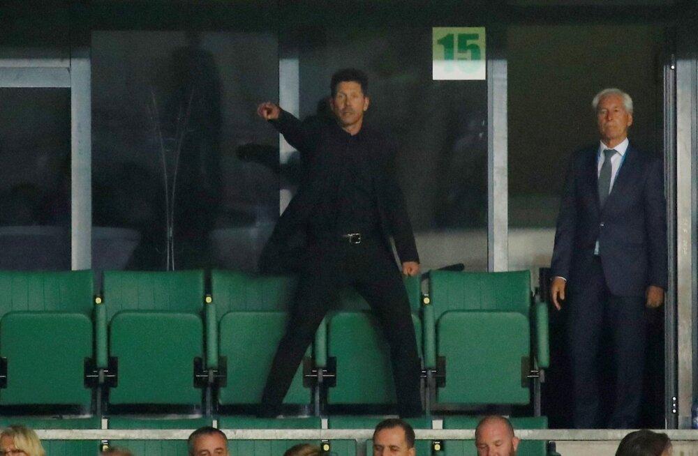 Madridi Atletico peatreener Diego Simeone Lilleküla staadioni tribüünilt omadele kaasa elamas.