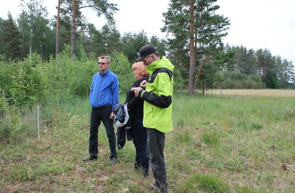 Žürii liikmed Tiit Kosenkranius (paremal) ja Aira Toss uudistavad Lauri Salumäe metsi.