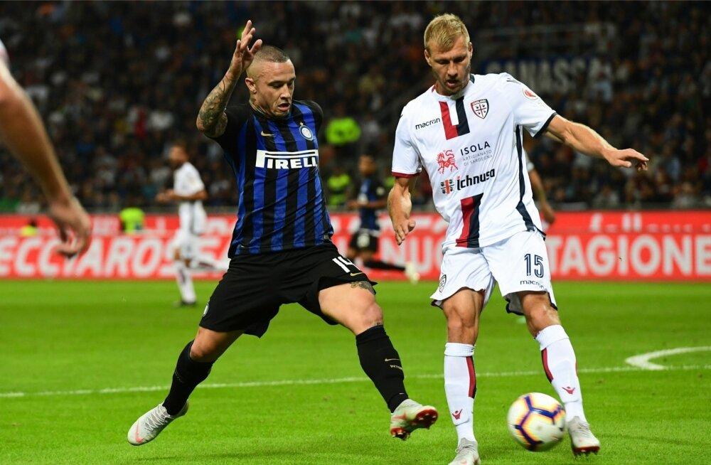 Radja Nainggolan (vasakul) Milano Interi mängijana Ragnar Klavaniga heitlemas. Nüüd kuuluvad mõlemad mehed Cagliari ridadesse.