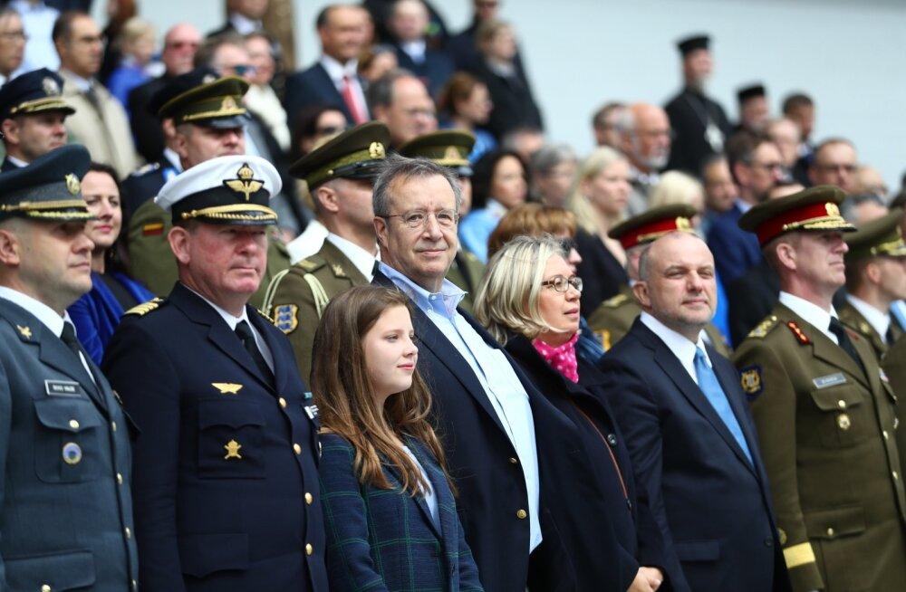KLÕPS | Kaunis hetk! Isa-tütar Toomas Hendrik ja Kadri Keiu Ilves seisid paraadil õlg õla kõrval