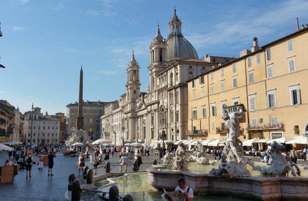 Две эстонские туристки получили в Риме солидные штрафы за купание в фонтане