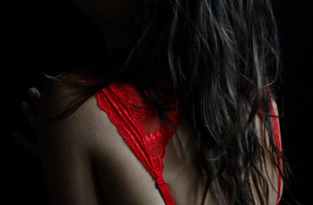 """""""Kiljatasin üllatusest ja surusin märja pluusi vastu rinda, üritades nii hästi kui võimalik oma sündsust säilitada."""""""