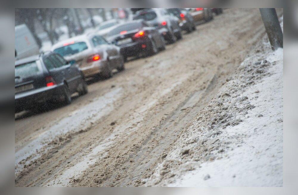 Maanteeinfo: teeolud on raskendatud, libedusega tuleb arvestada kõigil teedel